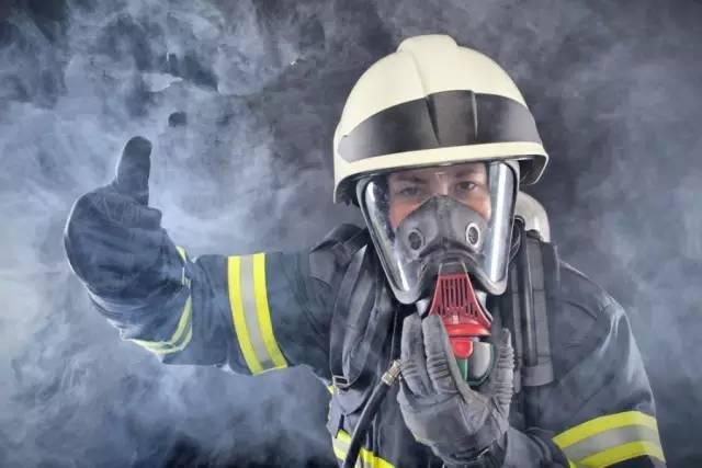 90%的人都错了!火灾中到底如何逃生?有人冒死做了实验...